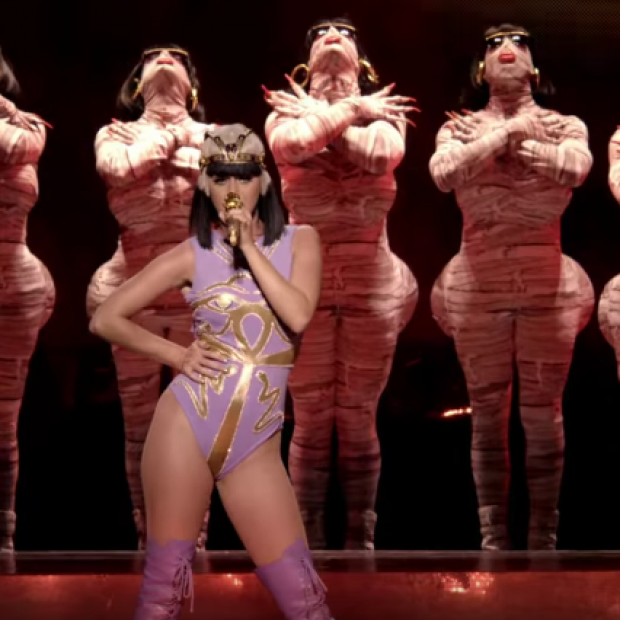 Katy Perry – 'I Kissed A Girl' (Prismatic World Tour Live)